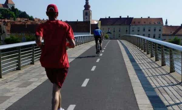 Cyclist against runner: is coexistence possible?